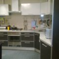 Угловая кухня с фасадами из пластика в рамочном профиле