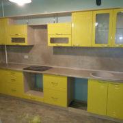 Желтая кухня из МДФ с полками