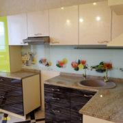 Угловая кухня с каменной мойкой из пластика