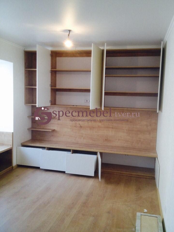 Встроенный шкаф в гостинной с ящиками
