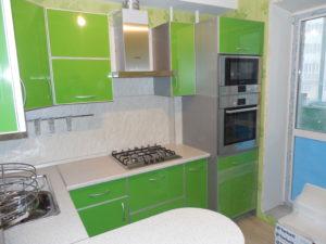 Кухня зелёная из пластика с барной стойкой, на заказ