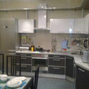 Черно-белая кухня на заказ, из пластика