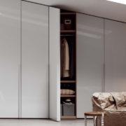 Скошенный распашной шкаф в мансарде