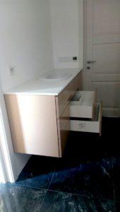 Тумба для ванной комнаты, изготовленная на заказ из пластика, с доводчиками