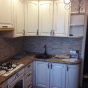 Угловая кухня из массива, изготовленная на заказ со встроенной панелью и каменной мойкой