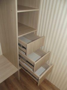 Выдвижные ящики внутри встроенного шкафа
