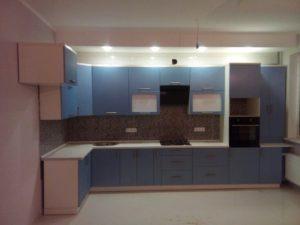 Большая кухня из МДФ, со встроенной техникой изготовленная на заказ