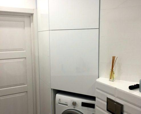 Встроенная стиральная машина в шкафу
