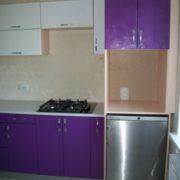 Кухня фиолетовая со встроенных холодильником