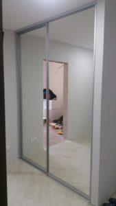 Встроенный шкаф-купе в нишу с зеркалами