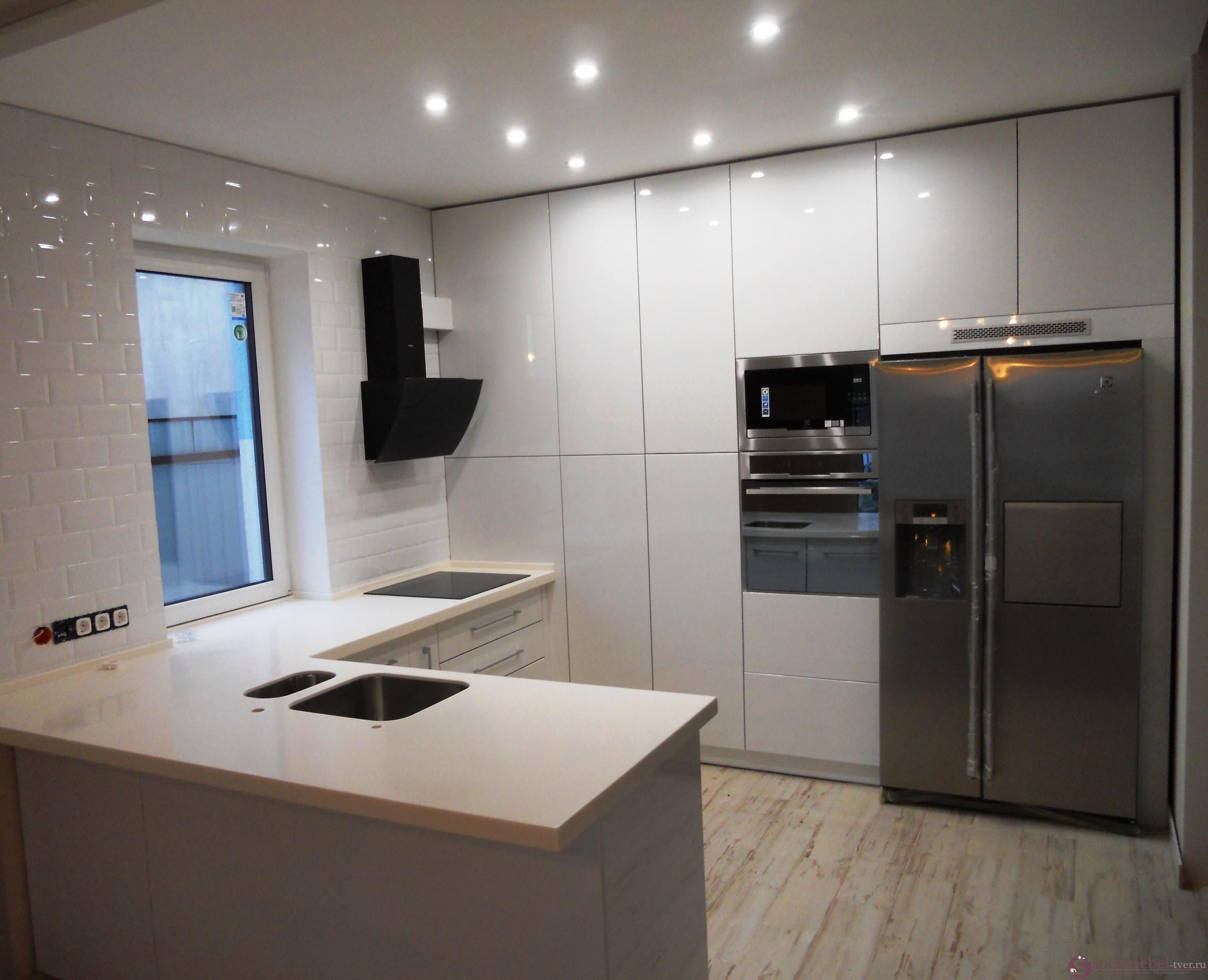 Угловая кухня со встроенными шкафами