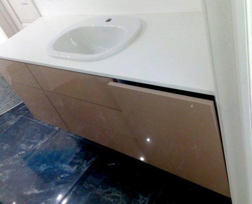 Тумба для ванной комнаты, изготовленная на заказ, с доводчиками