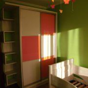 Шкаф-купе в детской комнате с полочками