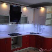 Красно-белая угловая кухня с фасадами мдф