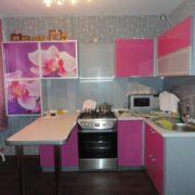 Угловая кухня со столиком