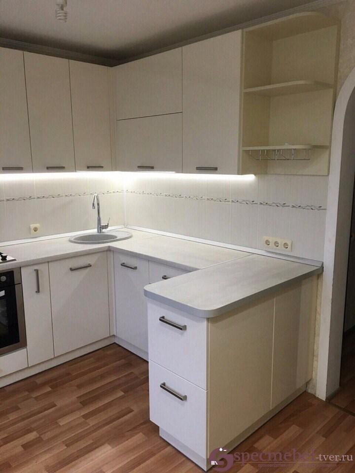Угловая кухня из белого пластика с островком