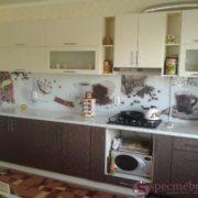 Кухня из мдф коричнево-бежевая с узором на фасадах