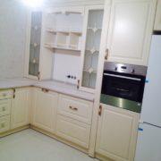 Светлая кухня из массива 4
