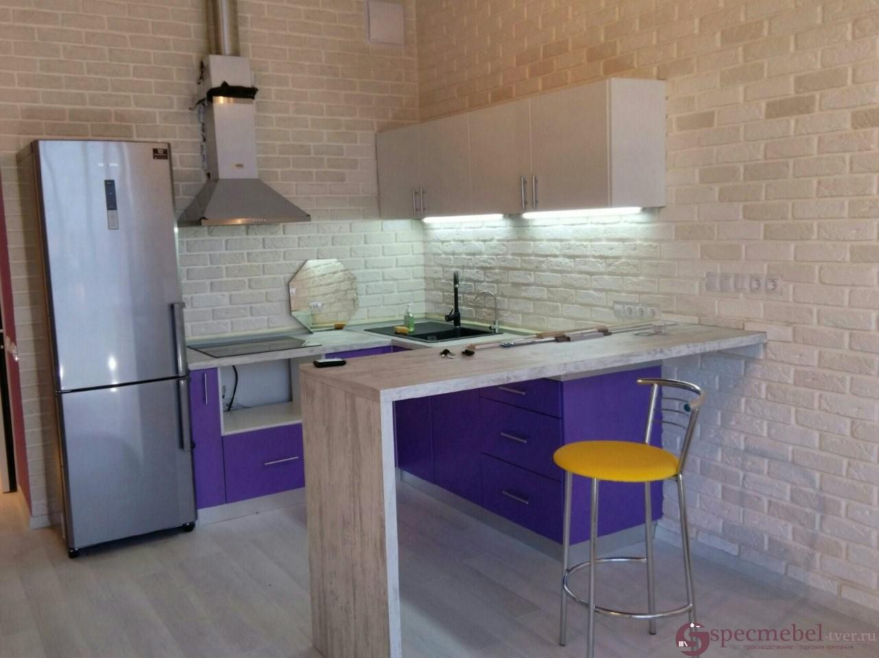 Угловая стильная кухня с барной стойкой