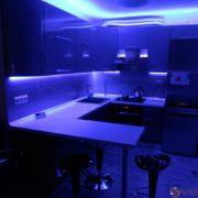 Угловая кухня с цветной светодиодной подсветкой