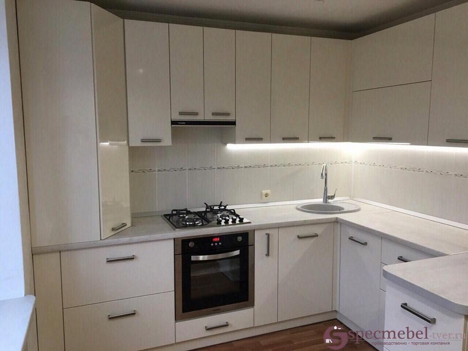 Угловая кухня со шкафом-пеналом