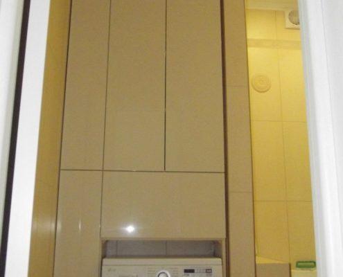 Встроенный шкаф со стиральной машинкой в ванной комнате