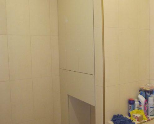 Встроенный шкаф в ванной комнате с нишей для стиральной машинки