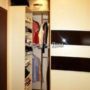 Встроенный шкаф-купе с расстекловкой
