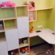 Письменный стол со стеллажами в детскую комнату
