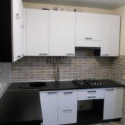 Угловая черно-белая кухня