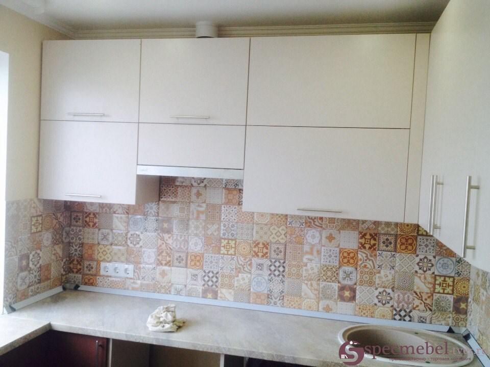 Угловая кухня со встроенной нишей и каменной мойкой