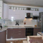 Угловая кухня из мдф с радиусными фасадами бело-коричневая