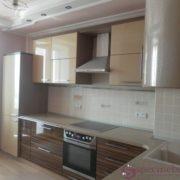 Угловая кухня с радиусными шкафами и пеналом