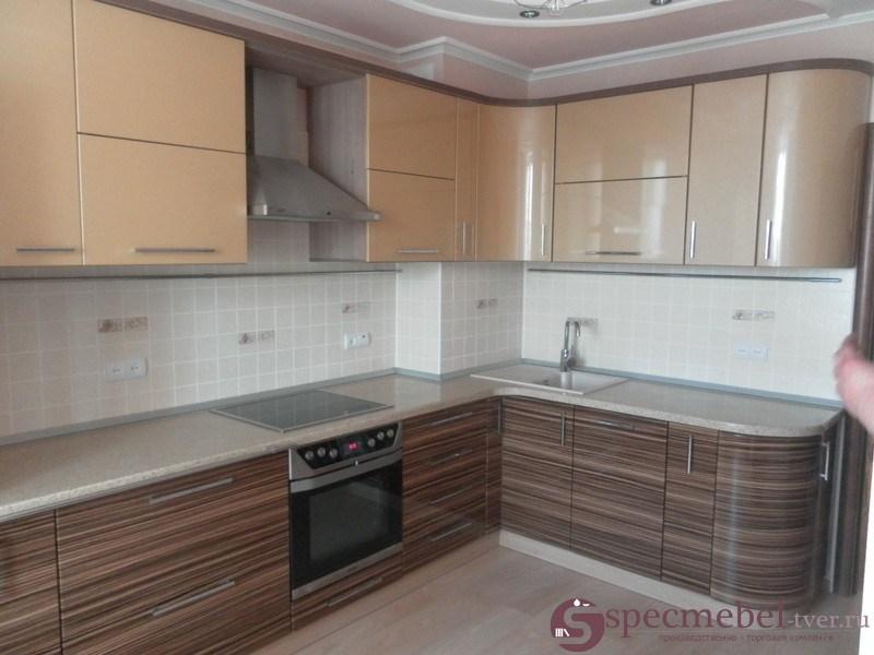 Угловая кухня с радиусными шкафами