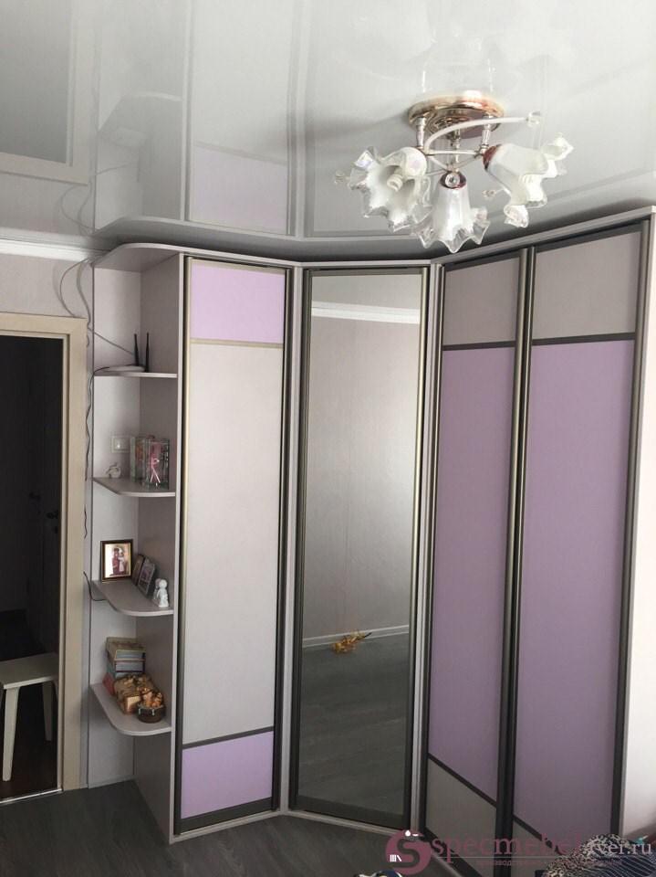 Угловой шкаф-купе с розовыми вставками на заказ