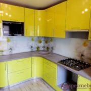 Желтая угловая кухня с радиусными фасадами
