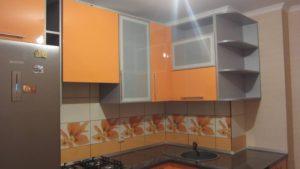 Угловая кухня из мдф с рамочными витринами, на заказ, оранжевая 4