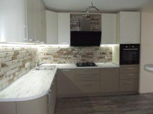 Угловая кухня на заказ с подсветкой и барной стойкой 3