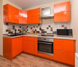 Угловая кухня оранжевая из пластика, на заказ