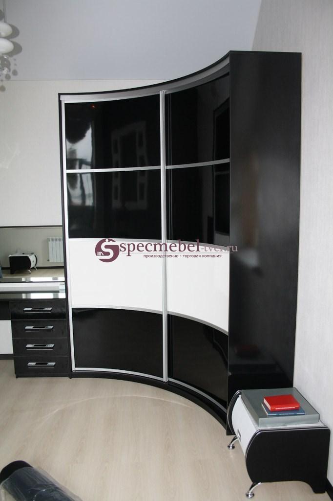 Радиусный шкаф-купе черного цвета