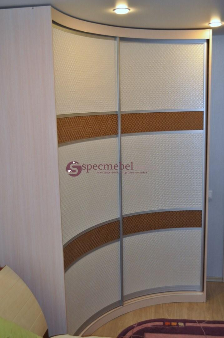 Угловой радиусный шкаф-купе с кожанными вставками