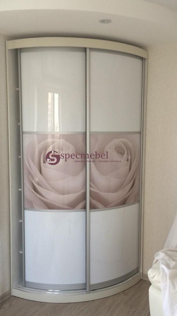 Белый радиусный шкаф-купе с фотопечатью роз