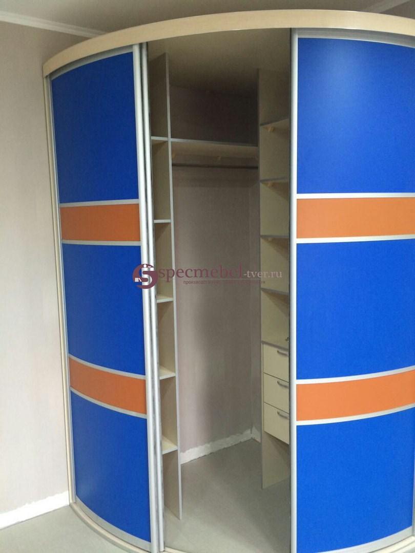 Радиусный шкаф-купе с пластиковыми вставками