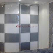 Радиусный шкаф-купе с шахматным фасадом